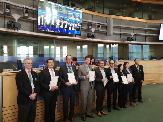 全球第一枚raybet下载设计勋章在欧洲议会颁授